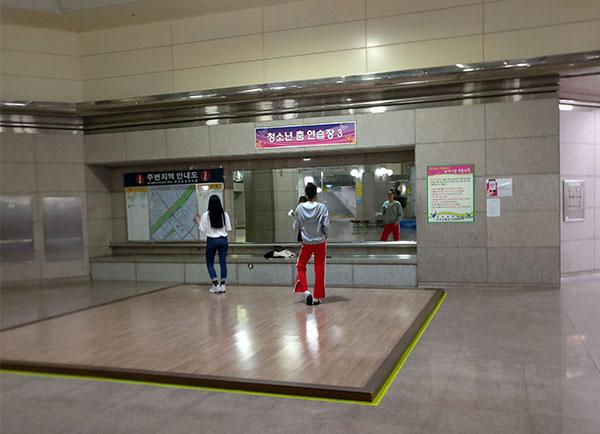 Gymnastics at the Subway in Korea